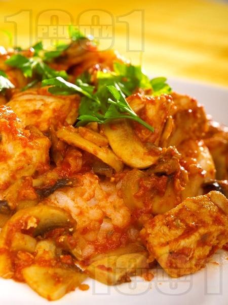 Вкусни задушени пилешки хапки от гърди с гъби, домати и бяло вино на тиган - снимка на рецептата